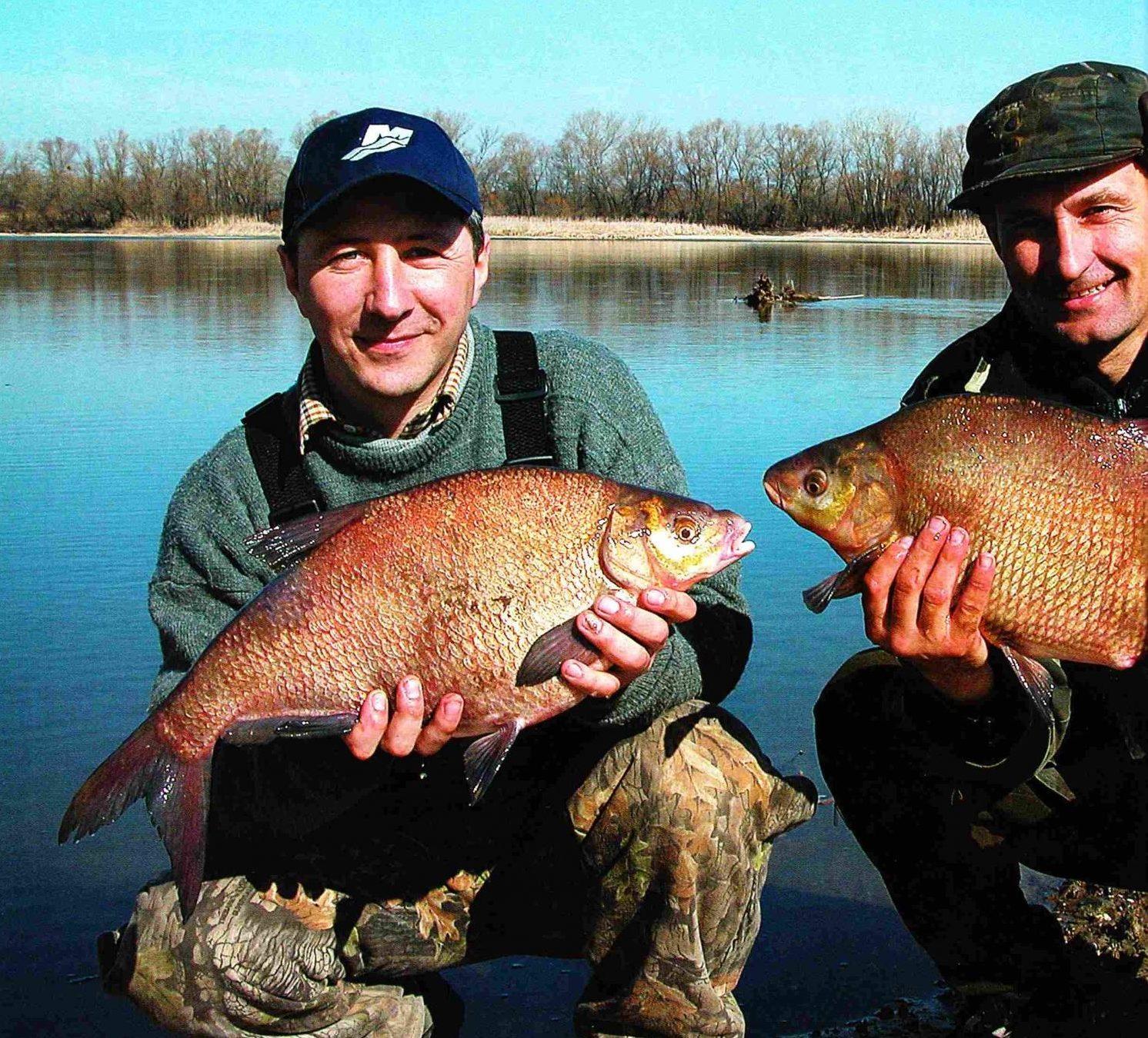 Два рыбака с рыбай в руках