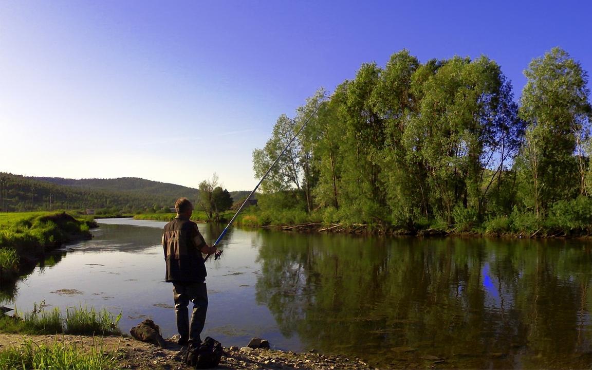 Одинокий рыбак с удочкой в руках