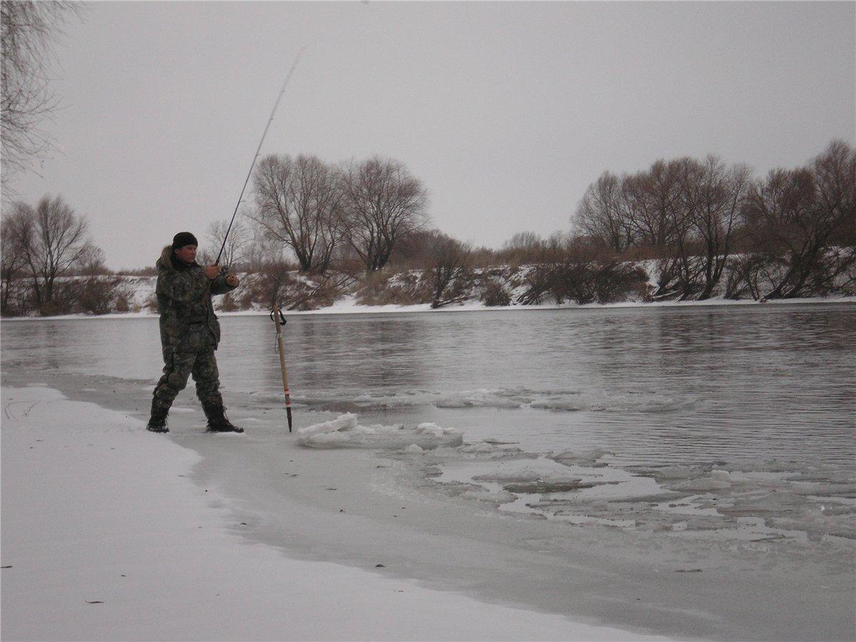 Рыбак с удочкой  на льду