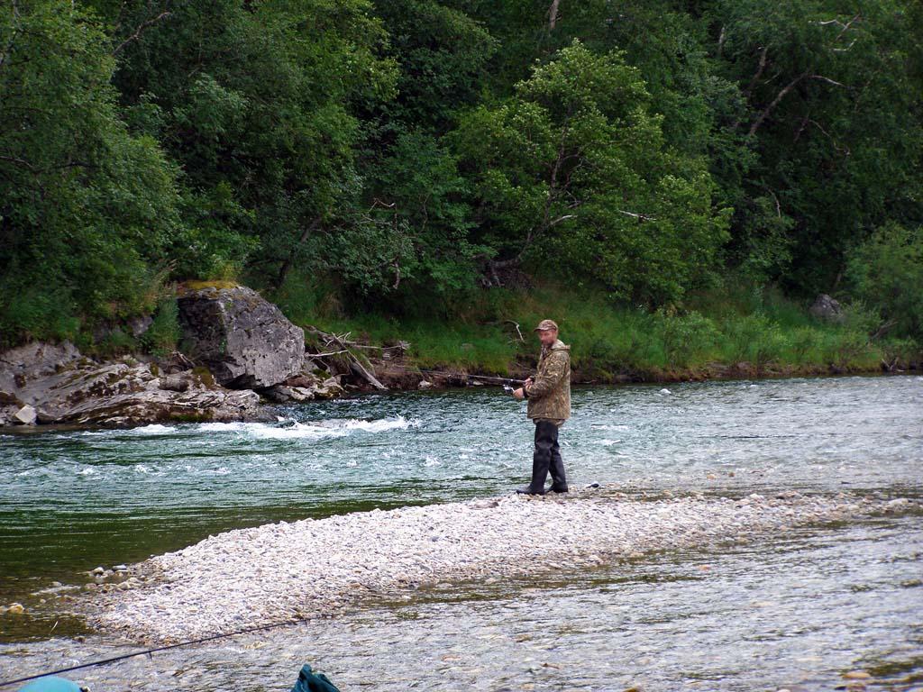 Одинокий рыбак на берегу реки