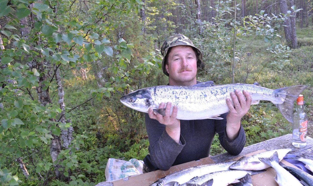 Усатый мужик с рыбой