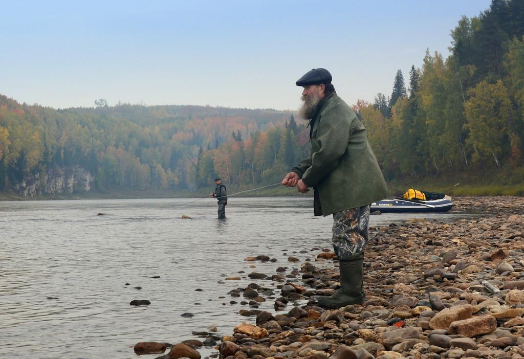 Рыбаки на берегу реки