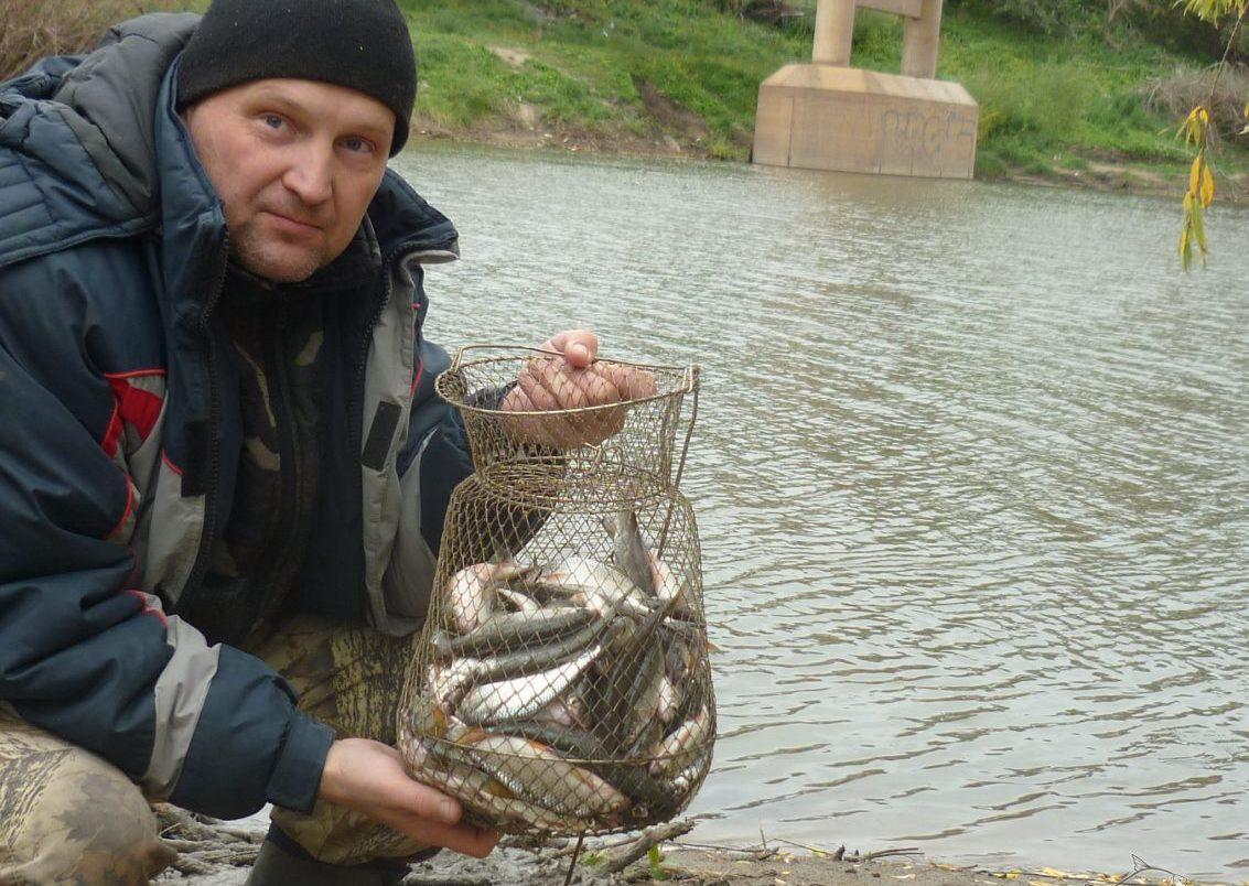 Рыбак с полным садком рыбы