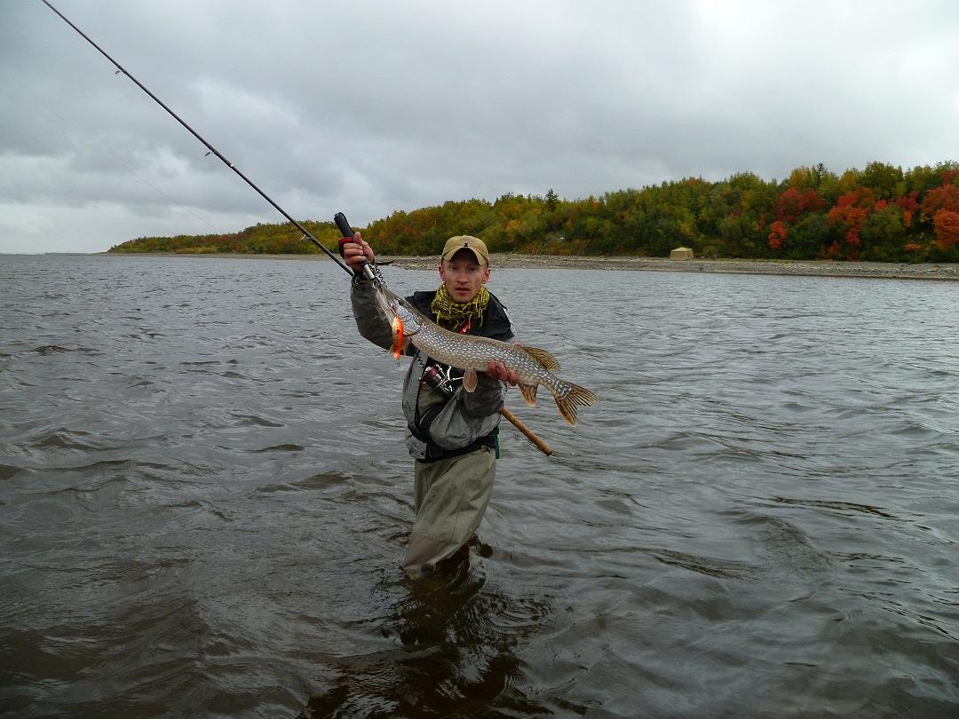 Парень с крупной рыбиной в руках