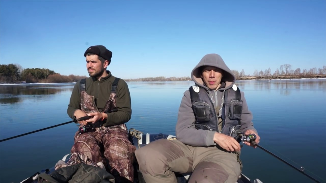 Два рыбака в лодки с удочками