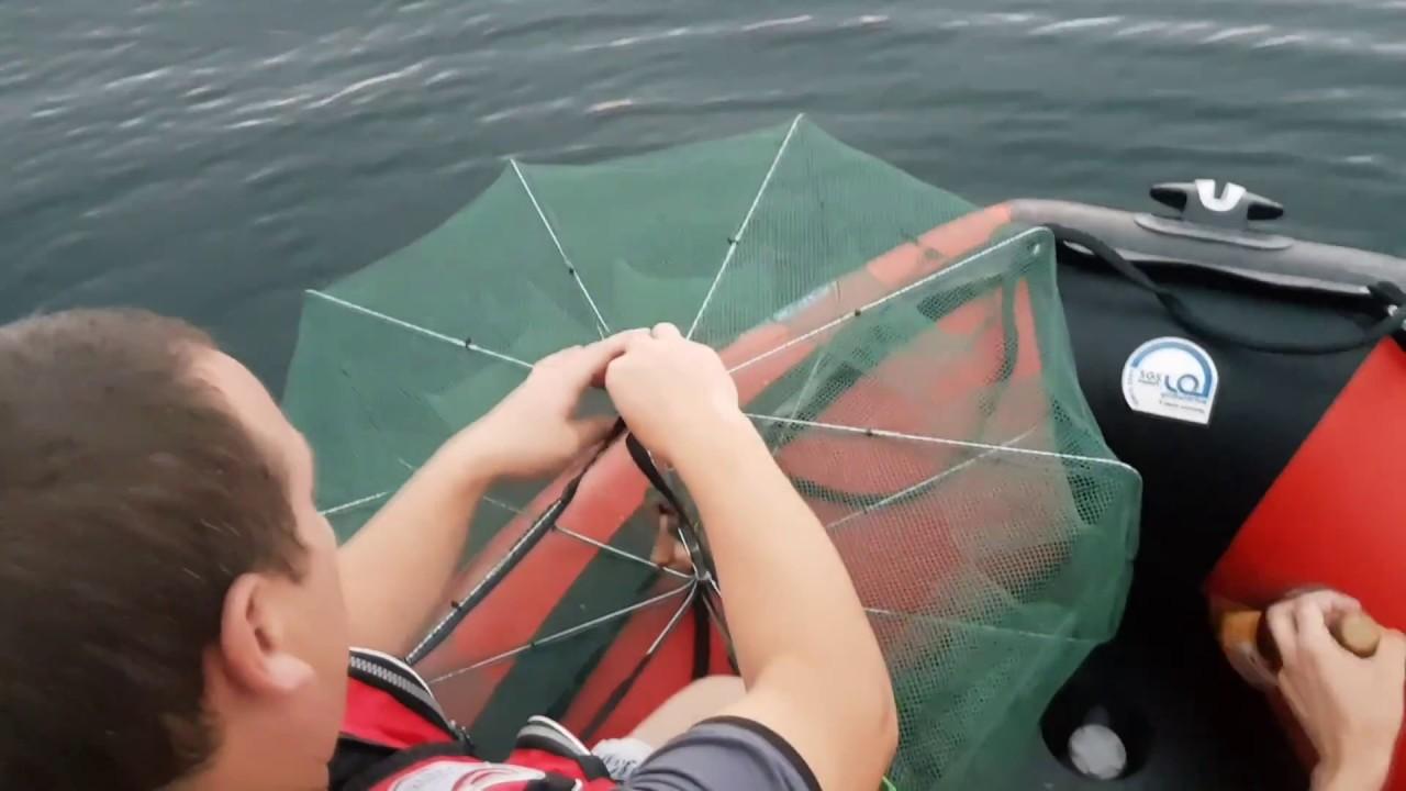 Рыбак в лодке с снастью