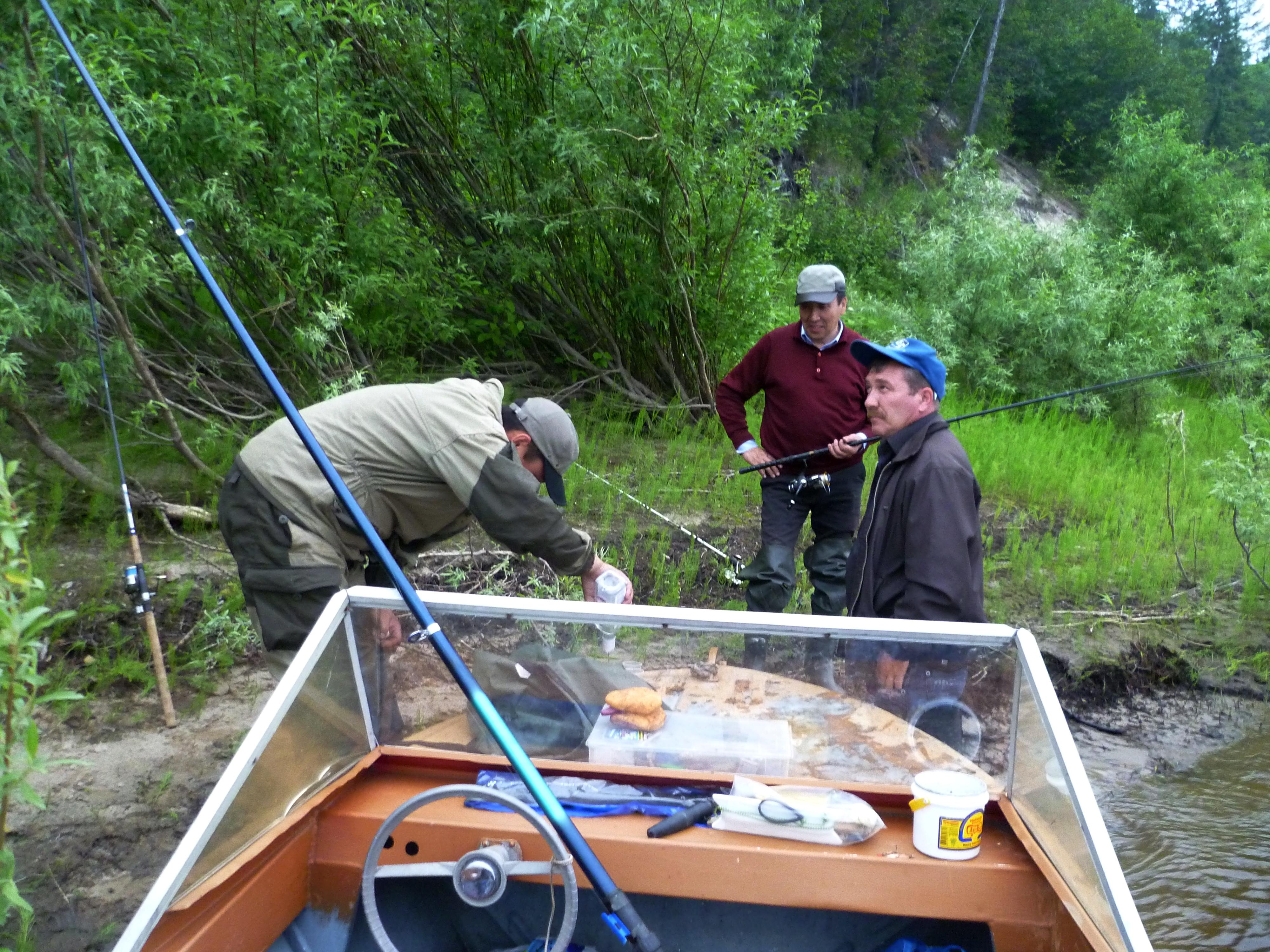 Три рыбака и алюминиевая моторная лодка