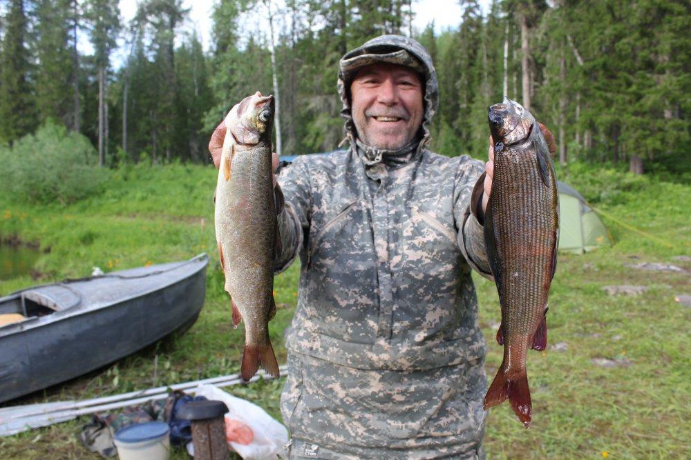 Мужик с двумя рыбами в руках