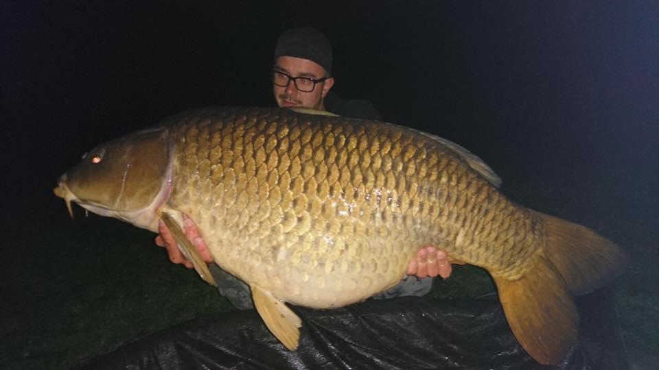 Очкастый рыбак с жирным сазаном