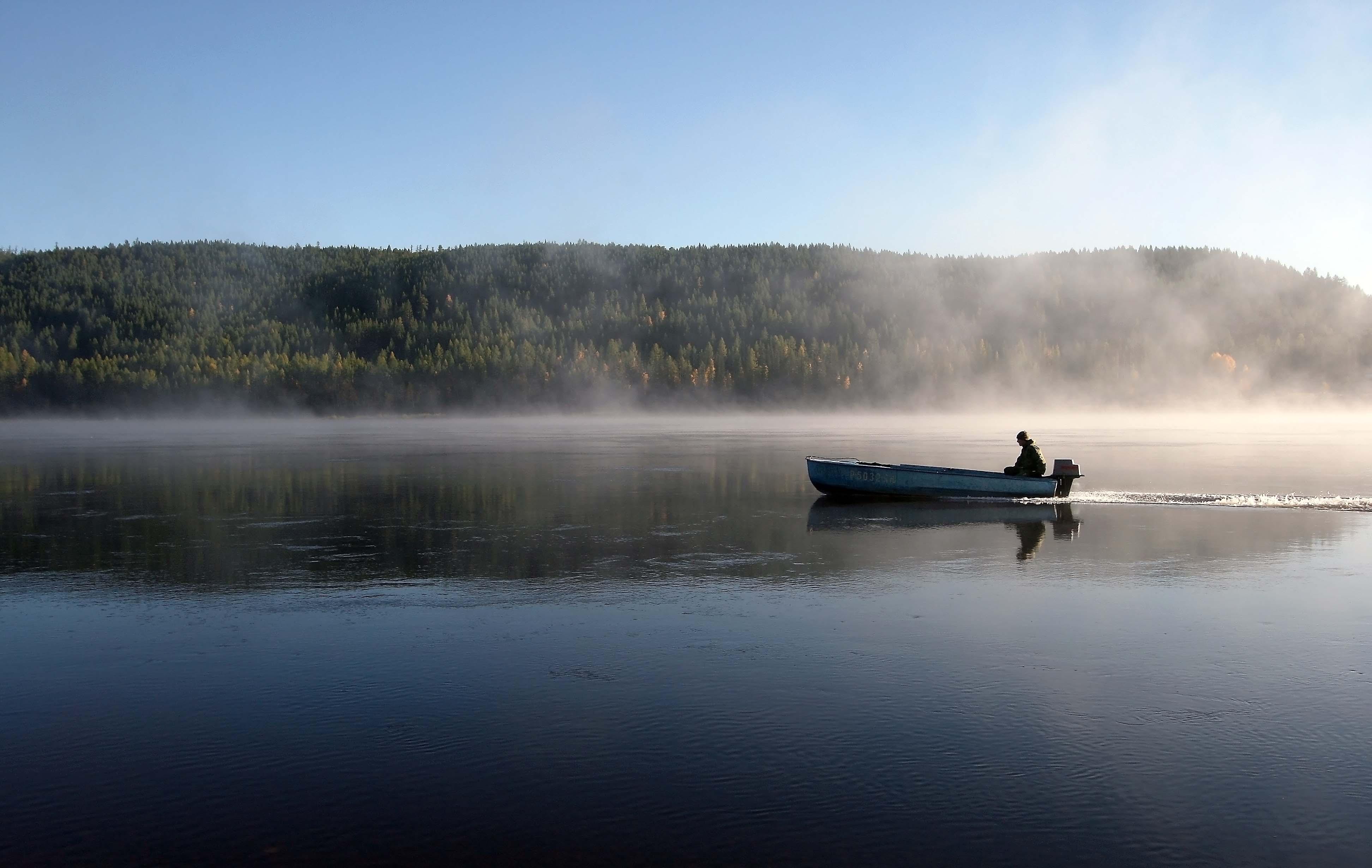 Одинокий рыбак в лодке