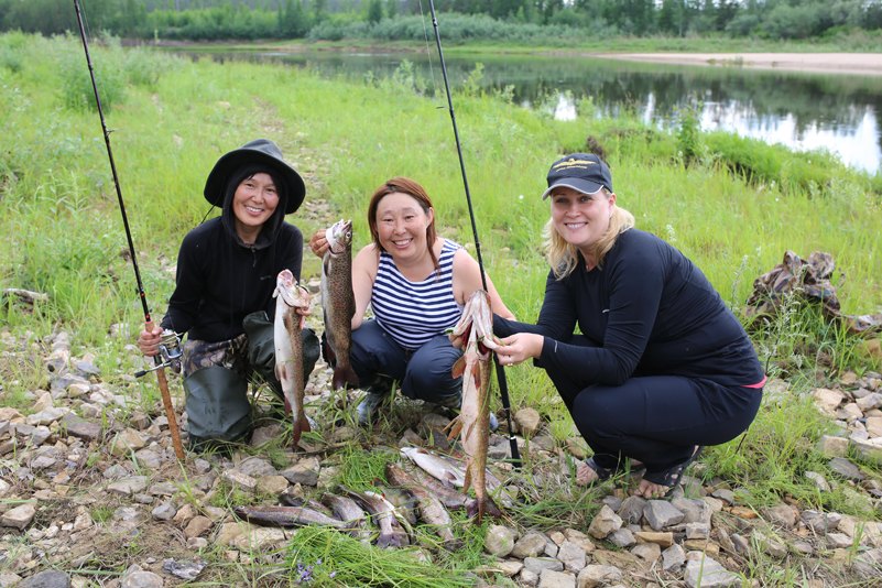 Три рыбачки с рыбкой в руках