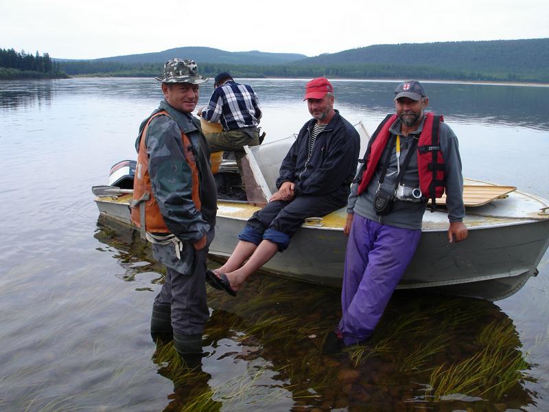 Мужики на реке с моторной лодкой