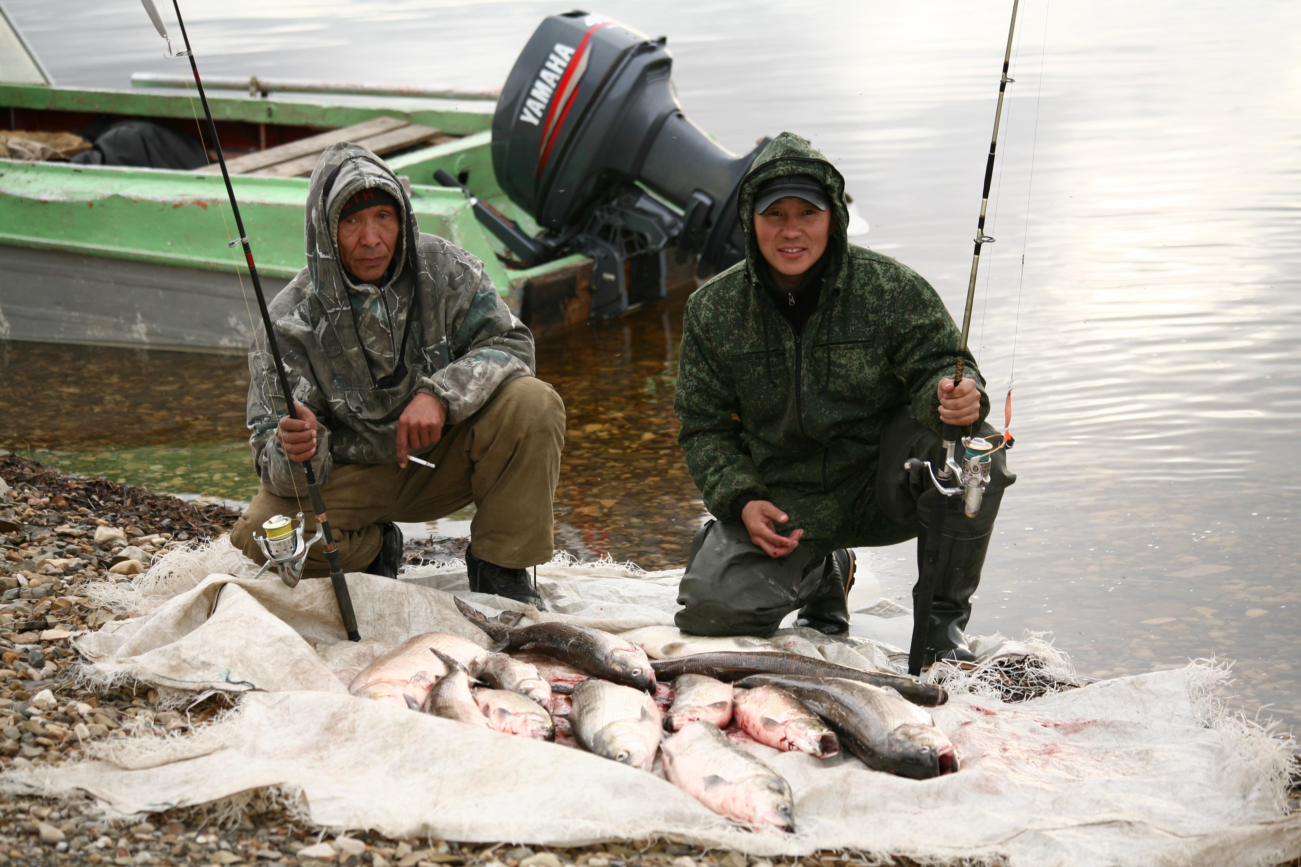 Два рыбака с удочками в руках