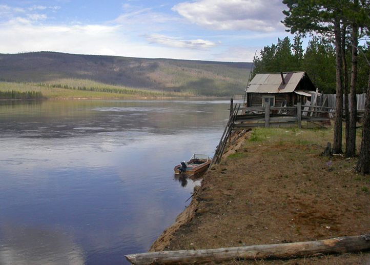 Рыбацкая избушка на берегу реки
