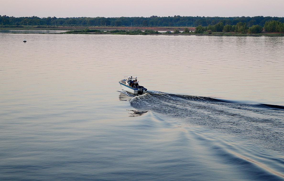 Рыбаки в моторной лодке