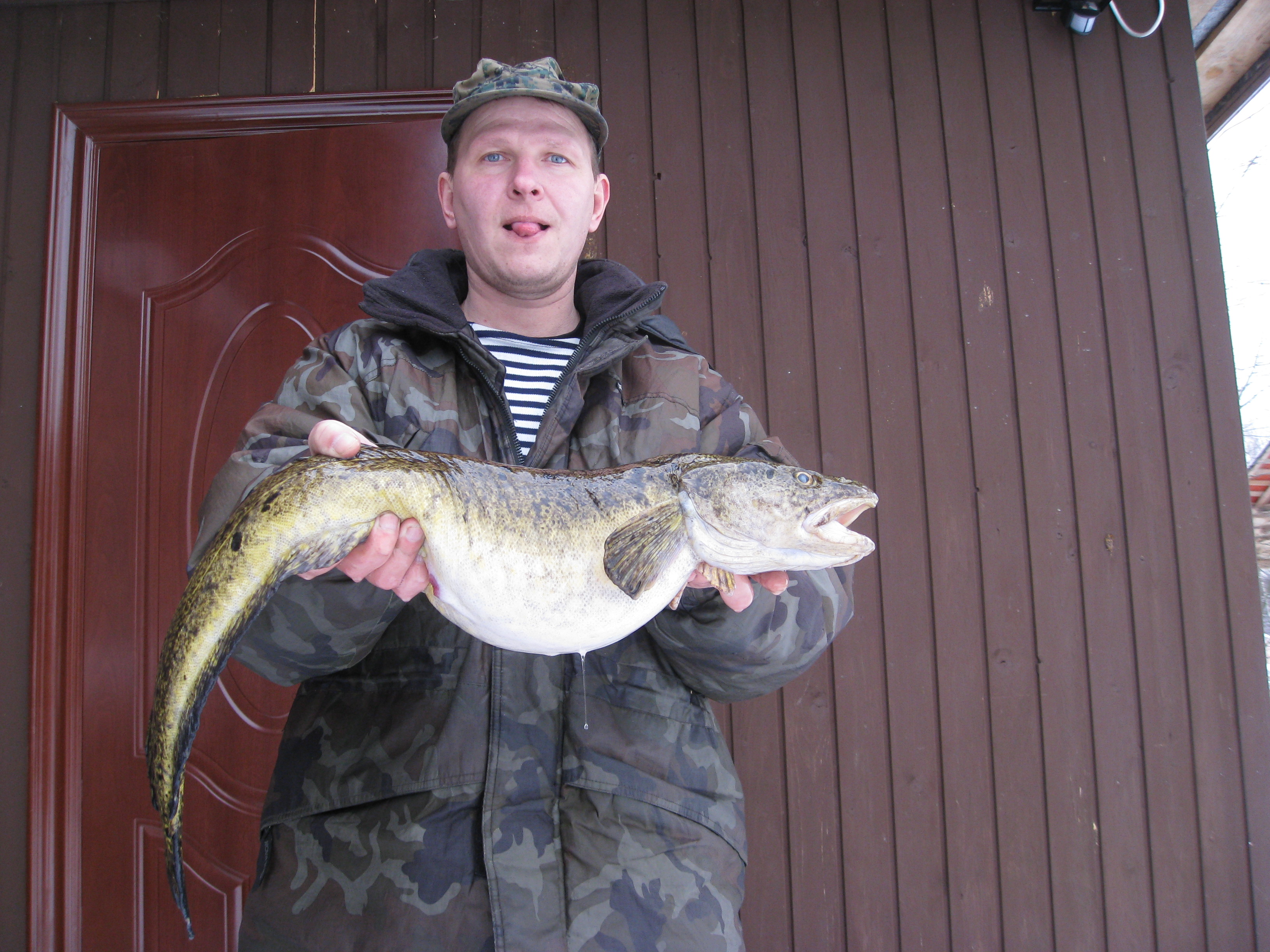 Рыбак с рыбай в руках
