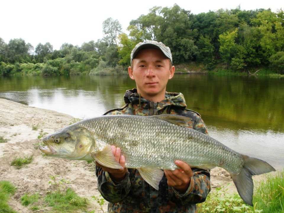 Парень с крупной пойманной рыбой