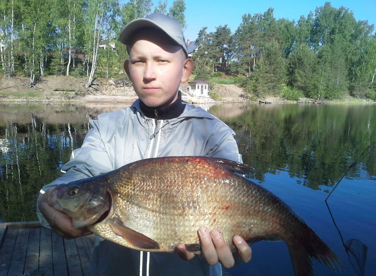 Мальчик с крупной рыбой