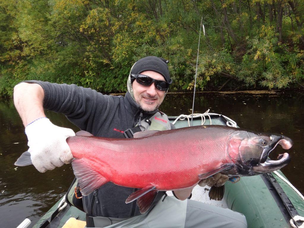 Парень в лодке с огромной рыбиной