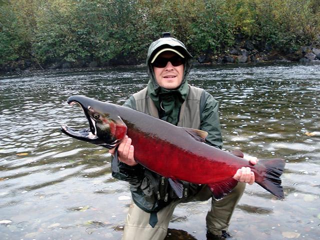 Парень в очках с красной рыбиной