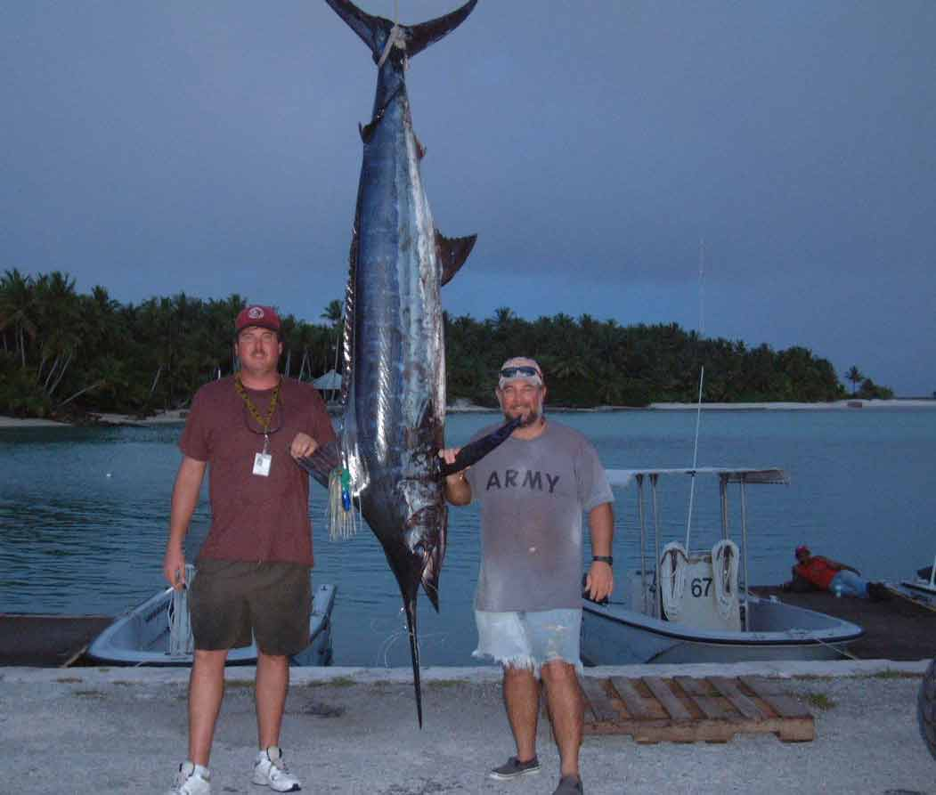 Два рыбака с пойманной рыбой меч