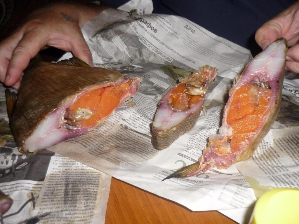 Икряная рыбка на газете