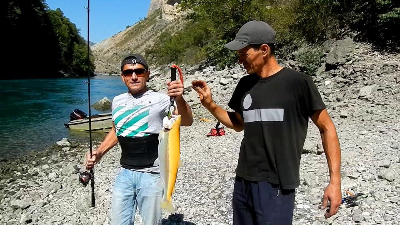 Два рыбака с калифорнийской форелью
