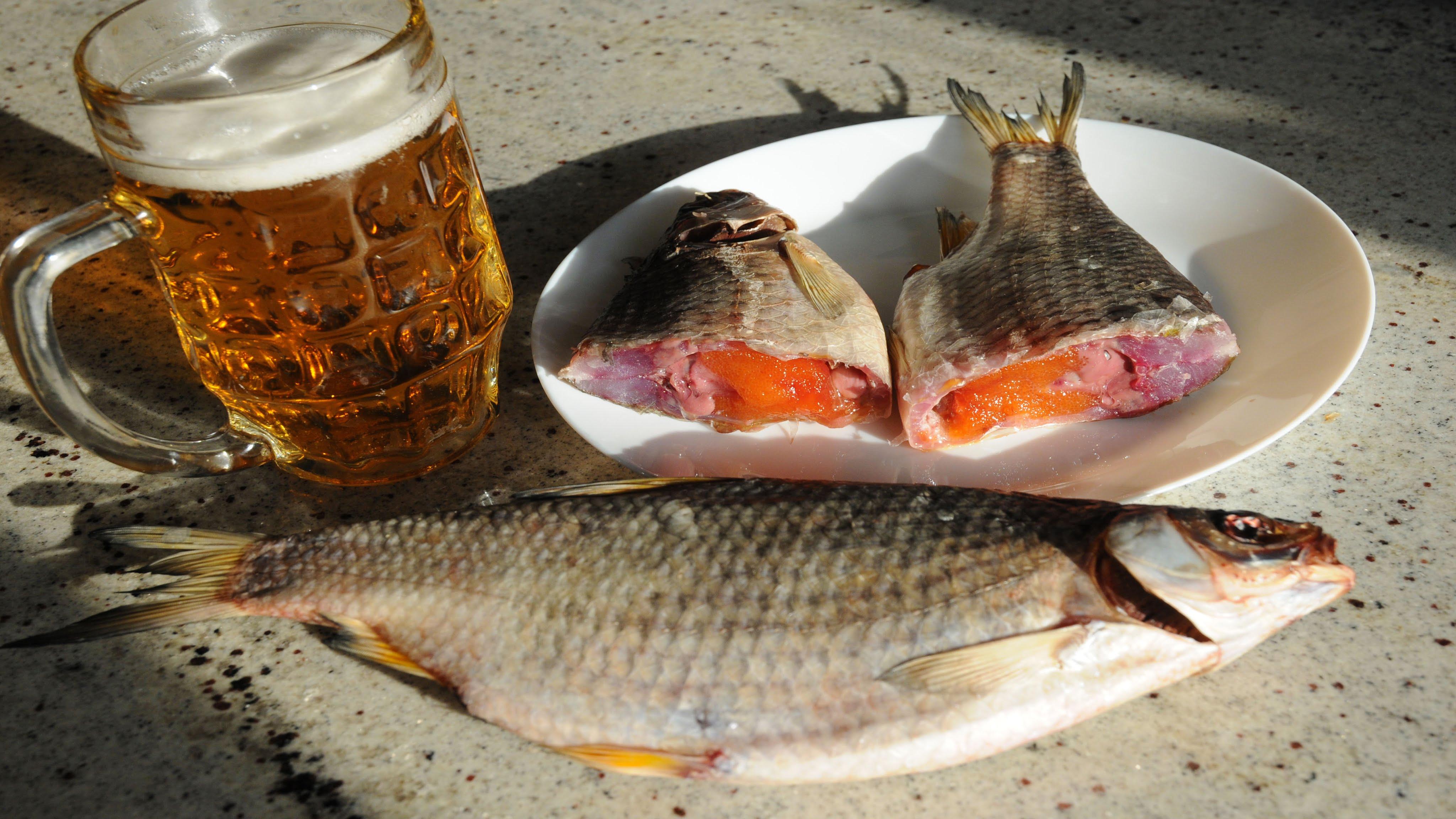 Сушеная рыба с бокалом пива