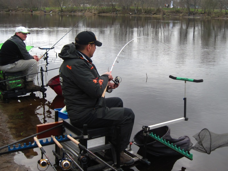 Два рыбака на берегу пруда