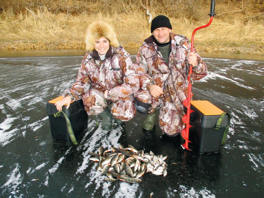 Муж с женой сидя на льду