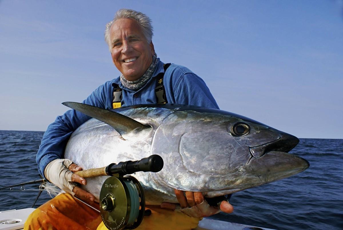 Довольный рыбак с трофейным уловом