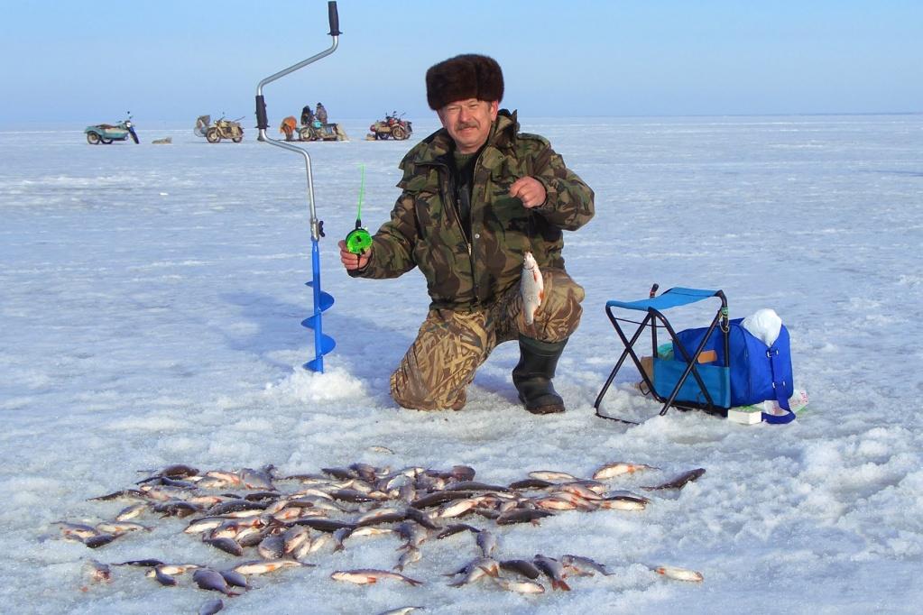 Усатый мужик на зимней рыбалке