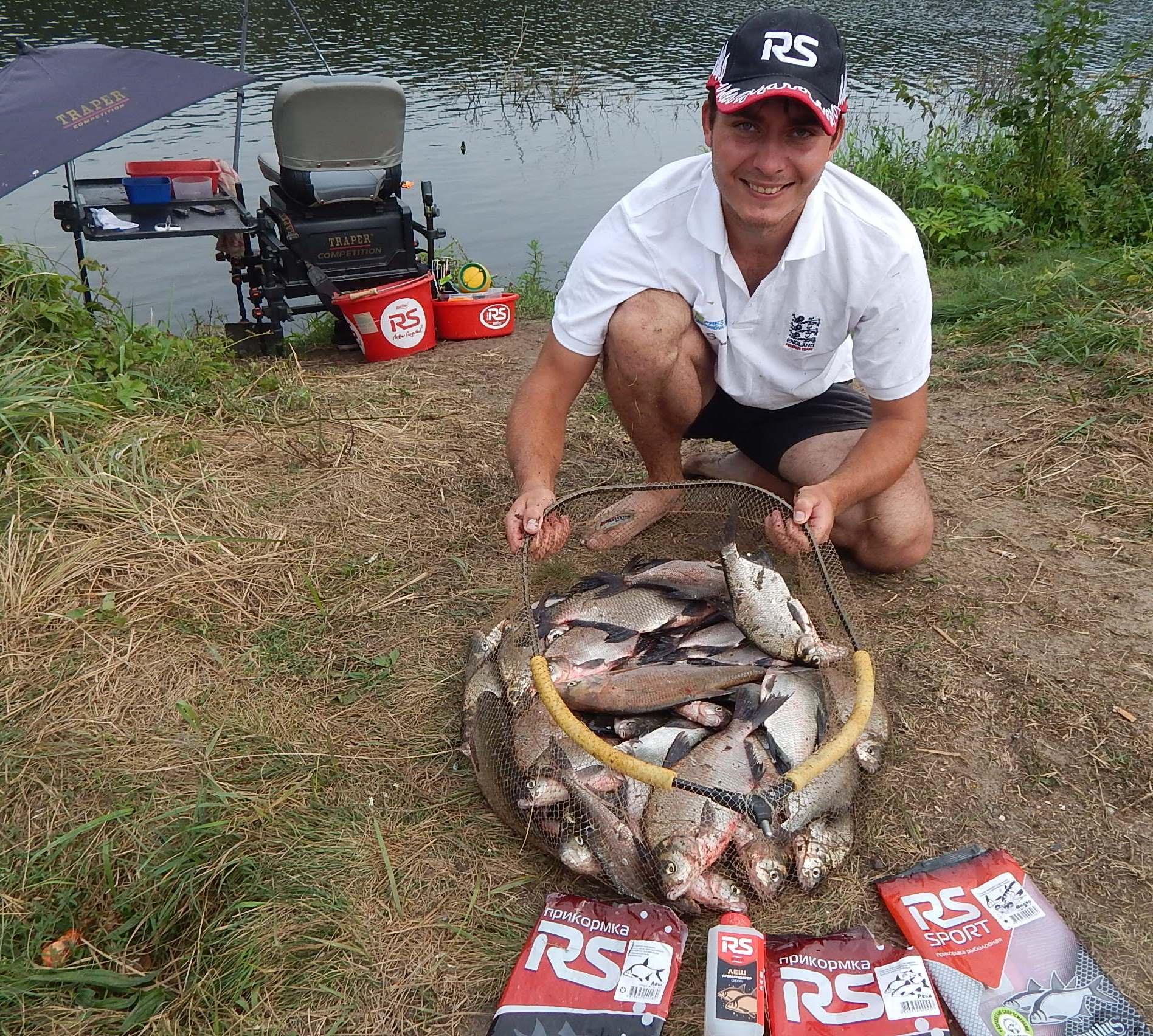 Довольный рыбак с полным садком рыбы