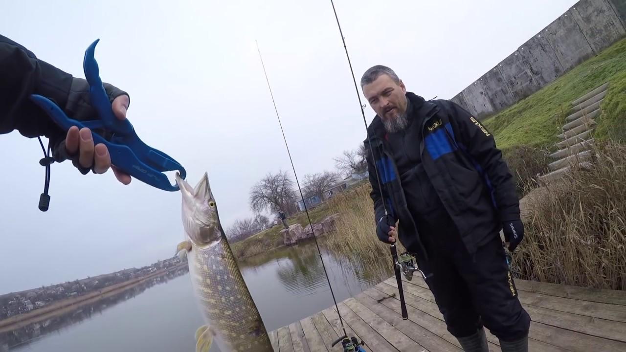 Бородатый рыбак и щука в руке