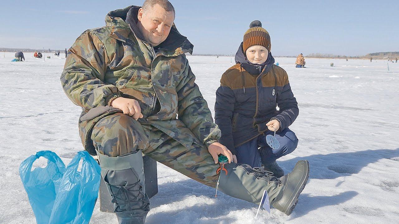 Отец и сын на зимней рыбалки