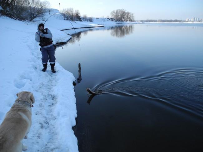 Рыбак с спиннингом в руках