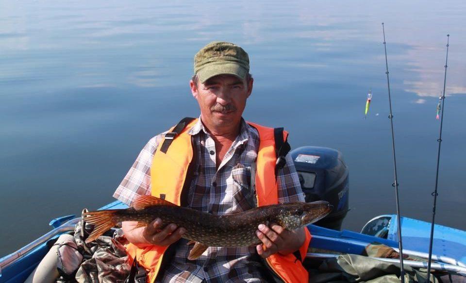 Усатый рыбак в лодке