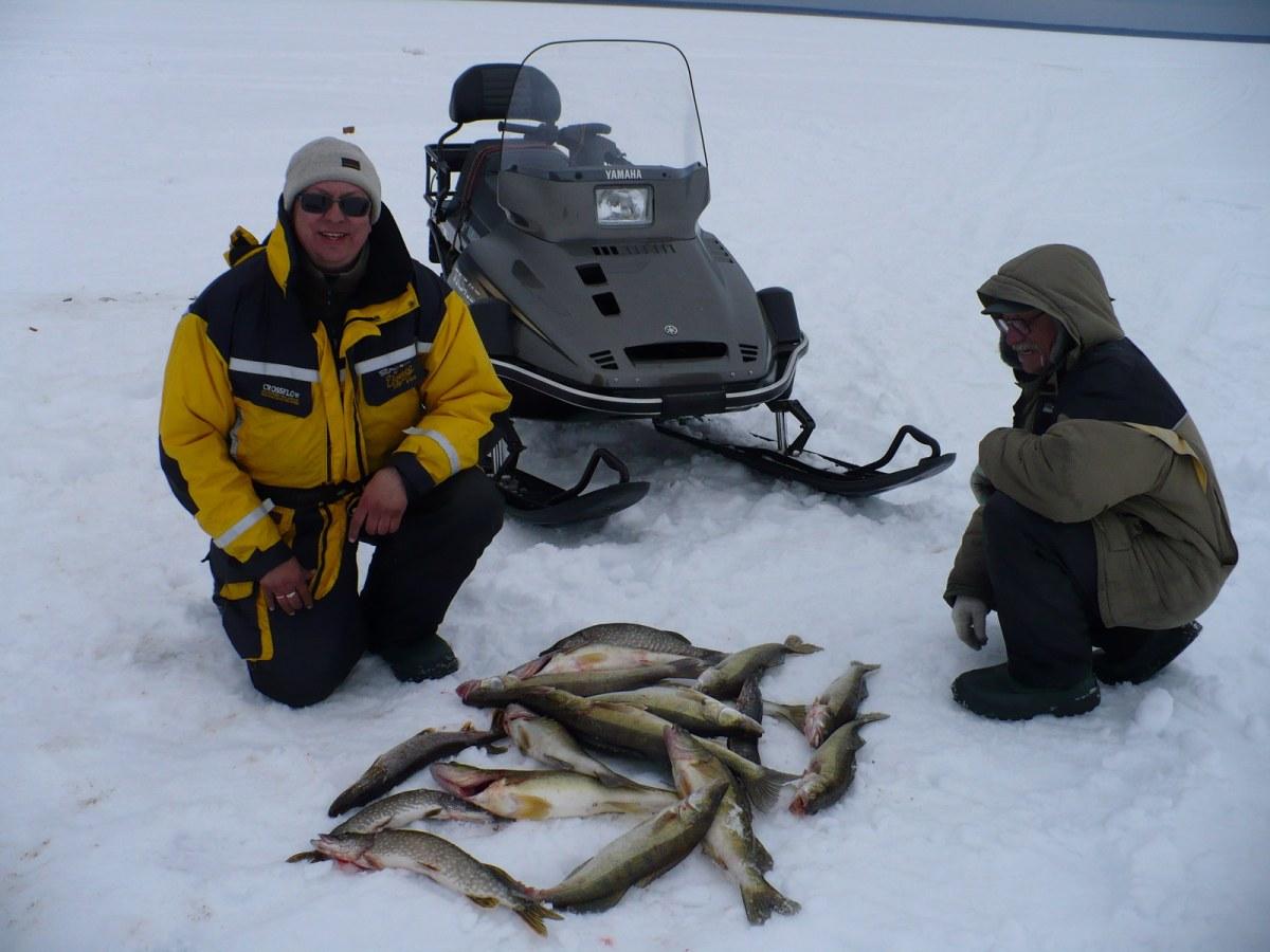 Два рыбака на зимней рыбалке