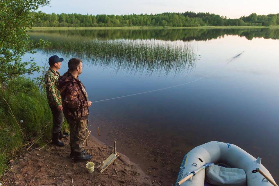 Два рыбака на берегу озера
