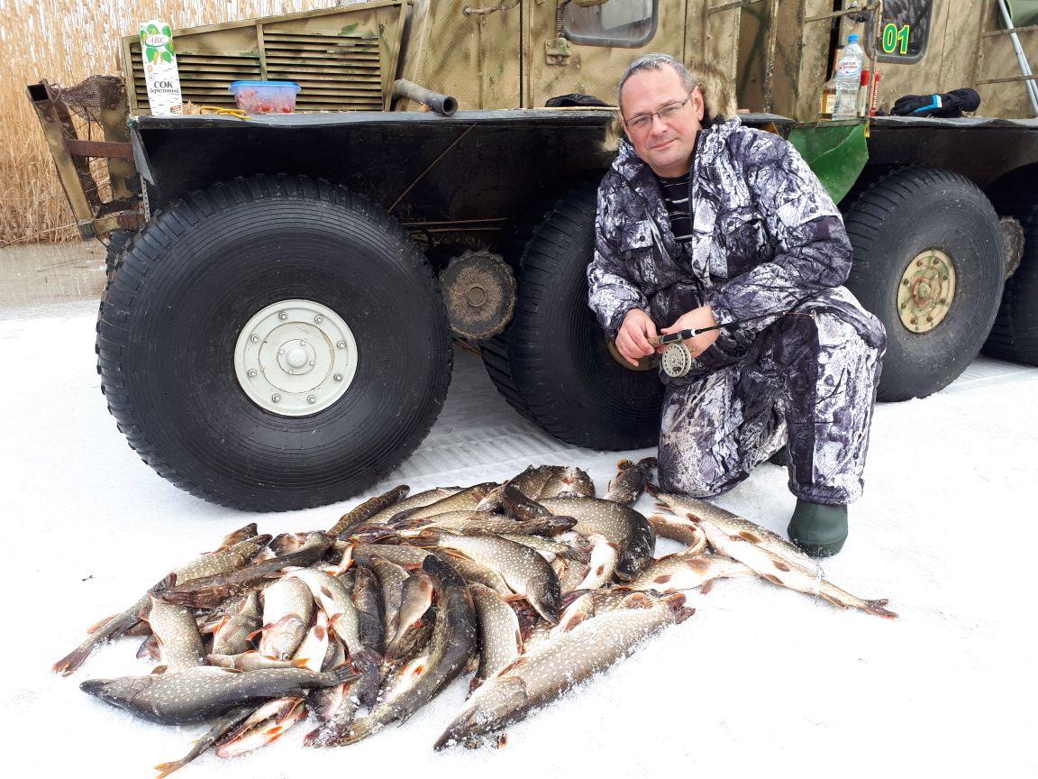 Очкастый рыбак с кучей рыбой